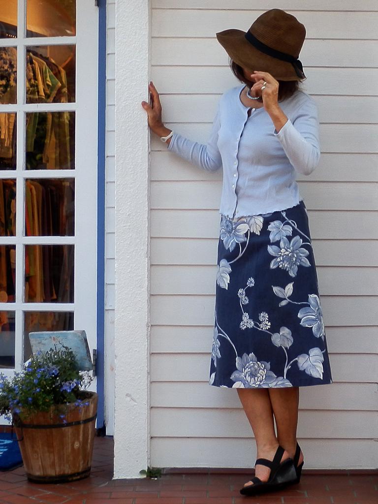 スカイブルーと花柄プリントのスカート